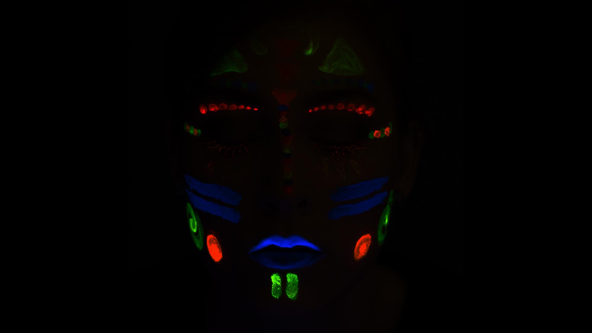 UV Make-Up und Glitzer für Festival und Rave Looks